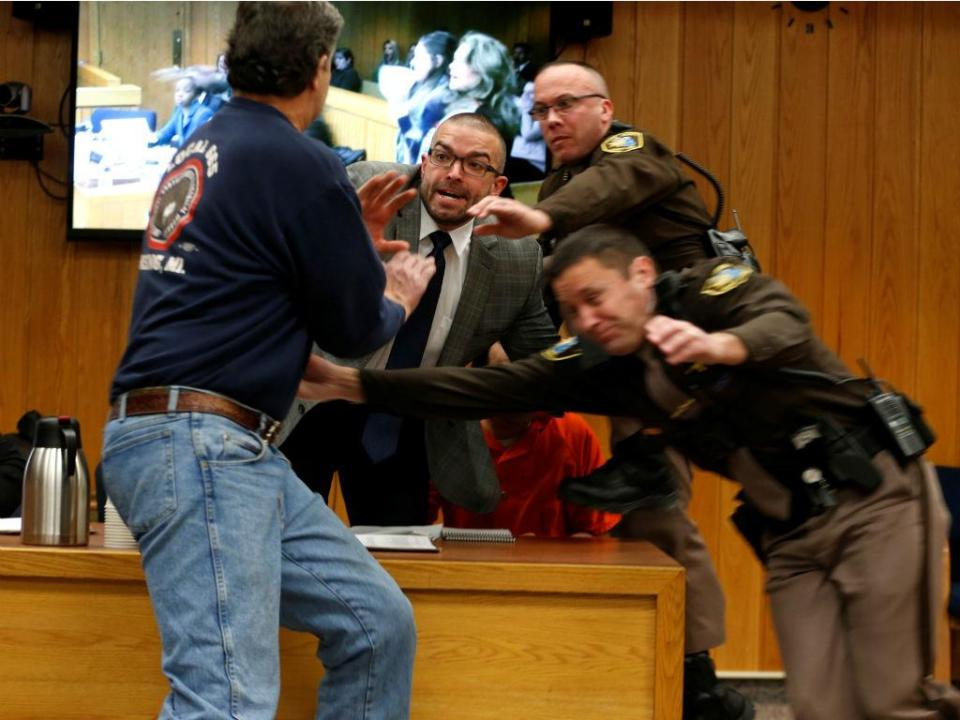 Ginástica: pai de vítimas tenta agredir Nassar no julgamento