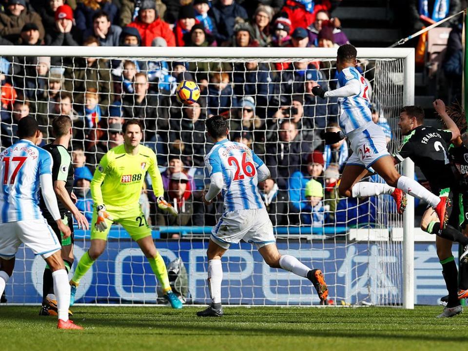 Huddersfield goleia Bournemouth com exibição de luxo de Mounié