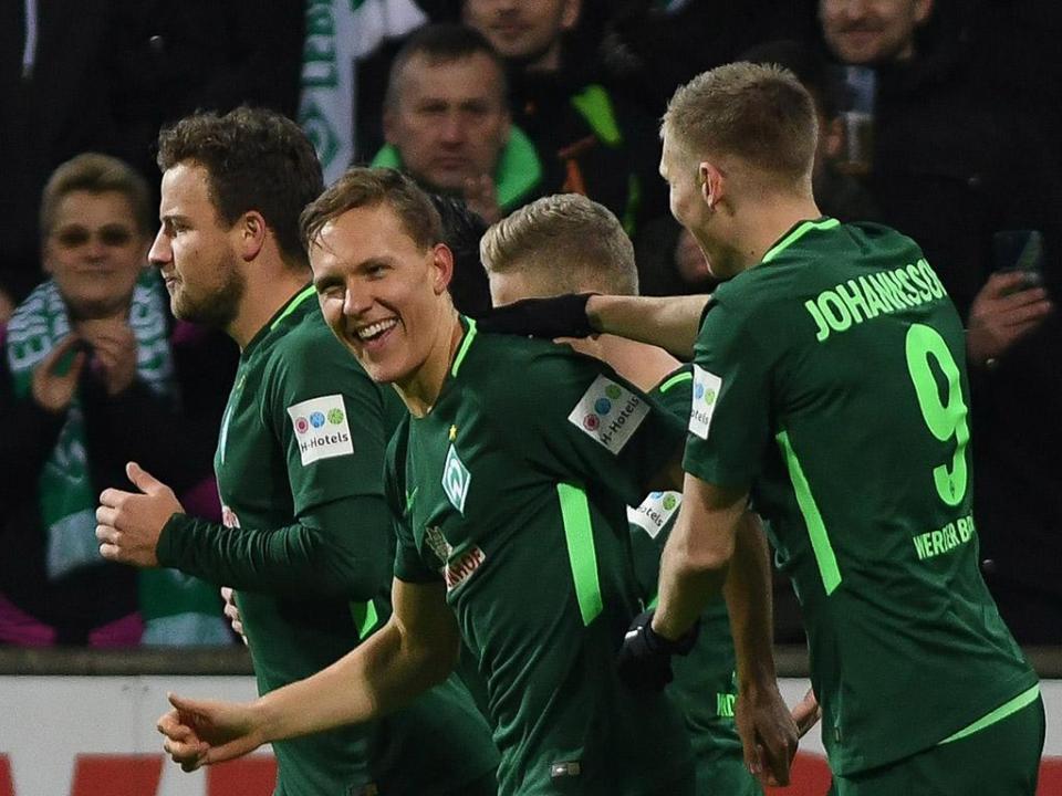 Autogolo afasta Werder Bremen dos lugares de descida e afunda Hamburgo