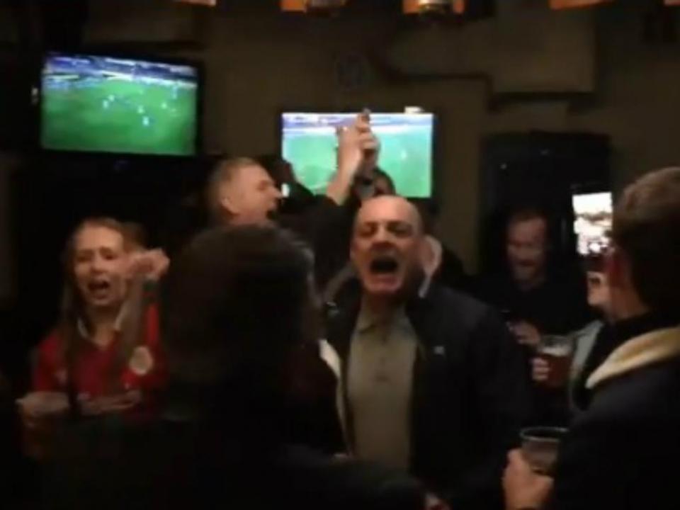 VÍDEO: adeptos do Liverpool cantam hino a Salah na noite do Porto