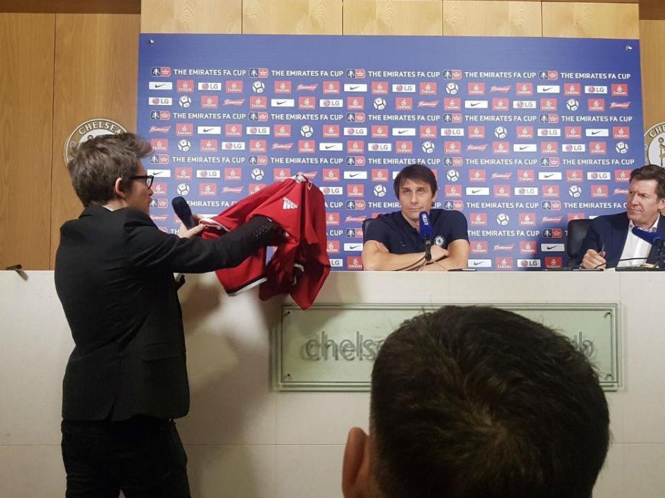 Conte recebeu camisola do United com dedicatória de Mourinho