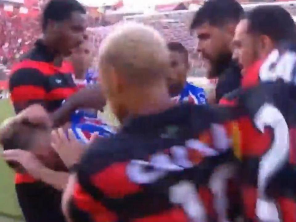 VÍDEO: pancada e 9 expulsões terminam dérbi da Bahia mais cedo