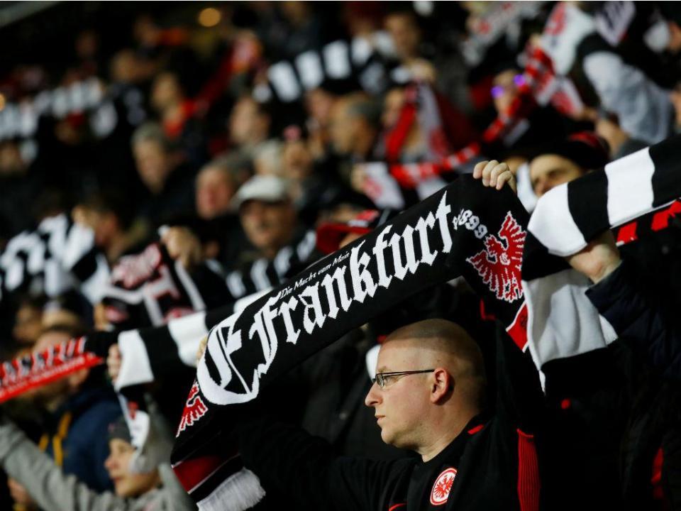 Adeptos atrasam Eintracht-Leipzig em protesto por jogar-se segunda-feira