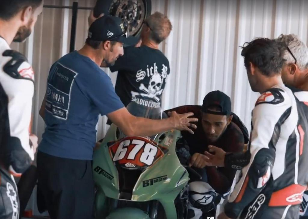 Lewis Hamilton de moto com Cal Crutchlow