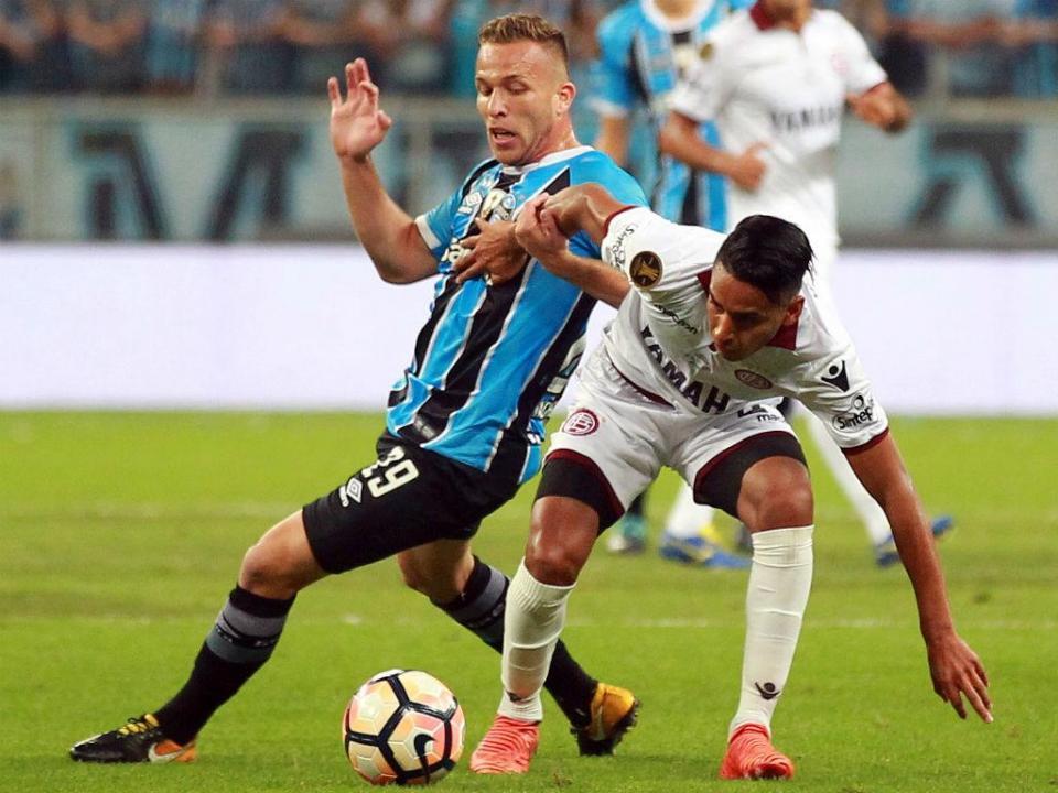OFICIAL: Barcelona garante opção sobre Arthur por 30 milhões