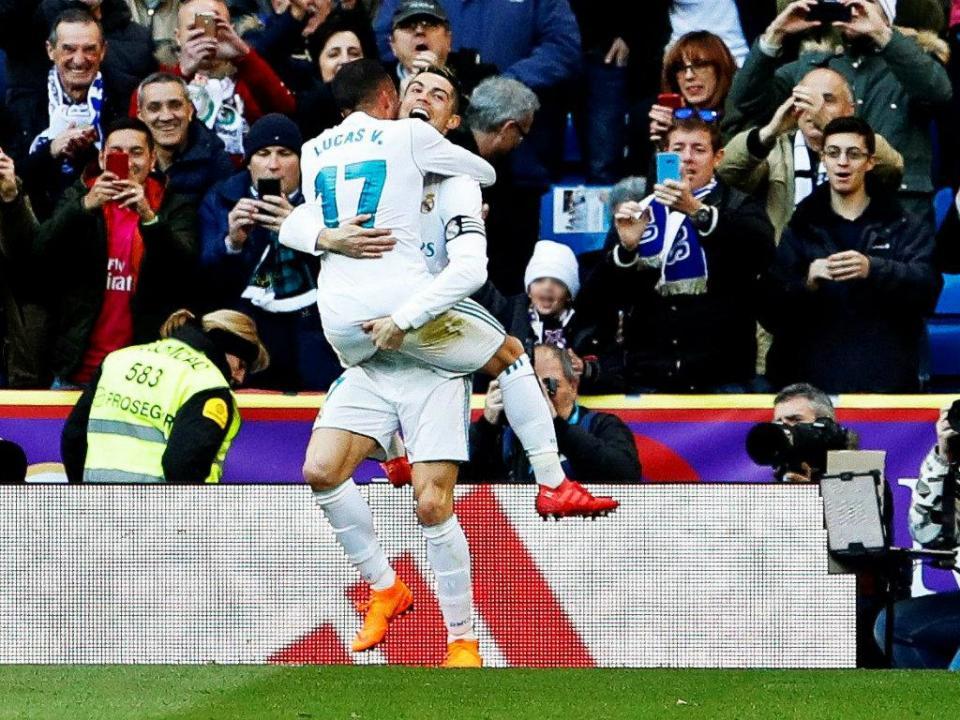 Ronaldo chega aos 300 golos, deixa Benzema marcar penálti e Real goleia Alavés