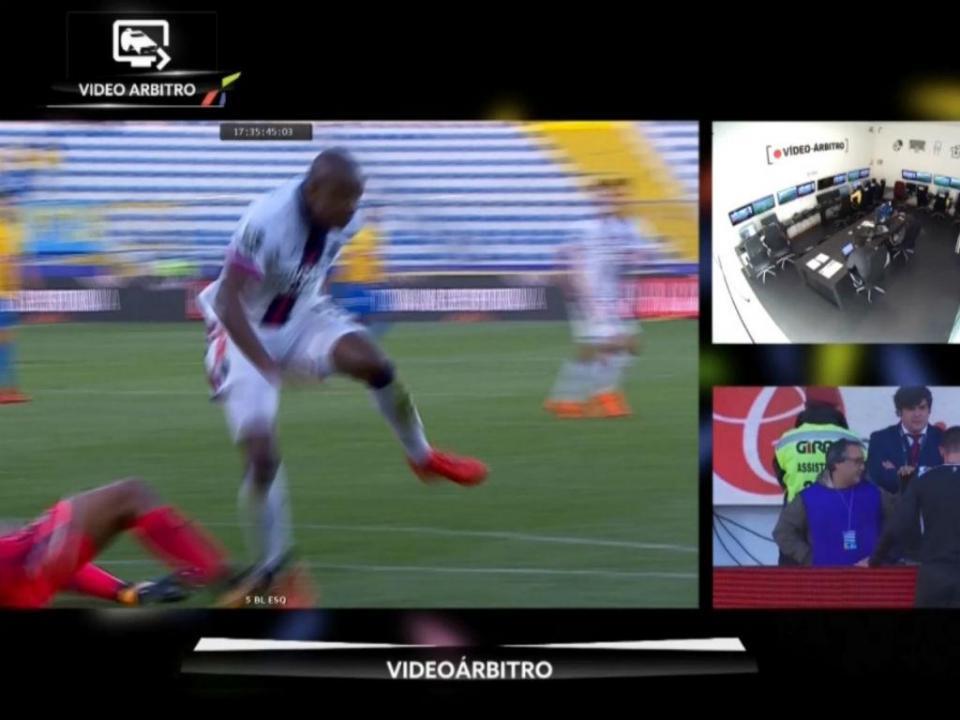 VÍDEO: árbitro mudou decisão, mas Tiba falhou penálti