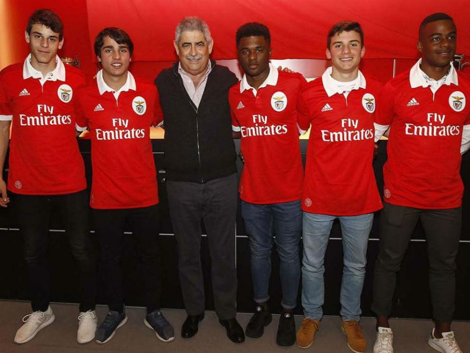 Benfica assina contratos profissionais com 5 jogadores da formação