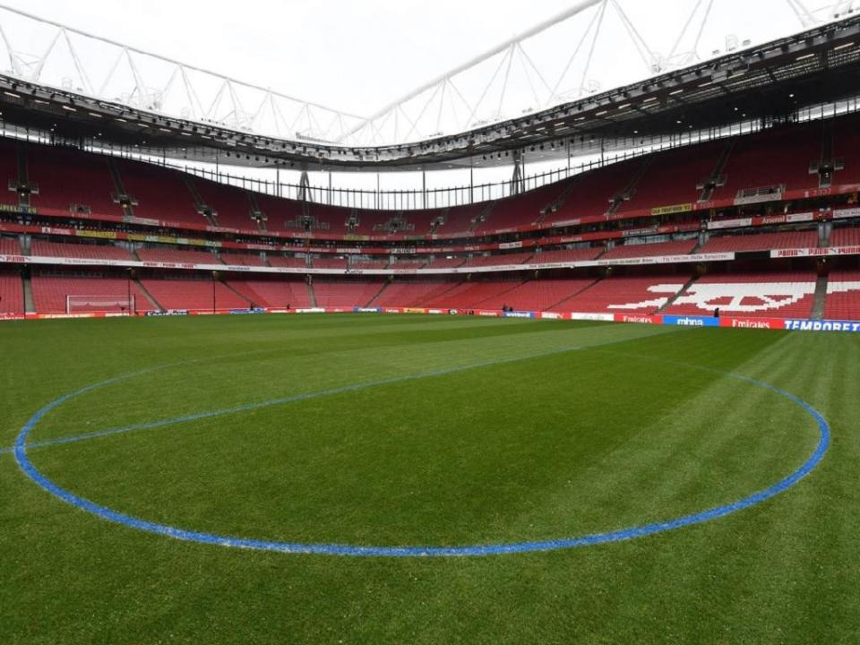 FOTO: estádio do Arsenal com linhas azuis por causa da neve