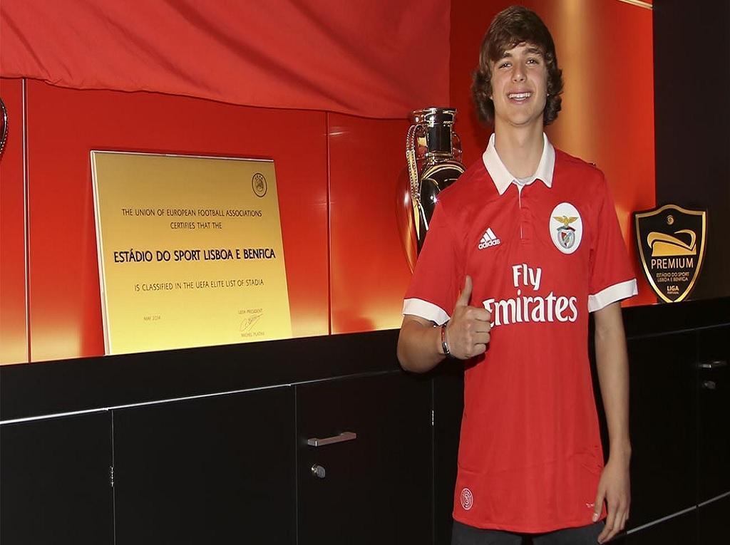 Benfica assina contrato profissional com avançado dos juvenis