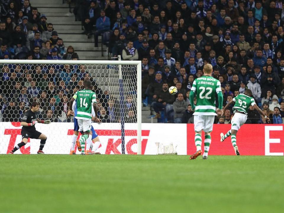 VÍDEO: Rafael Leão surge solto na área mas falha o empate