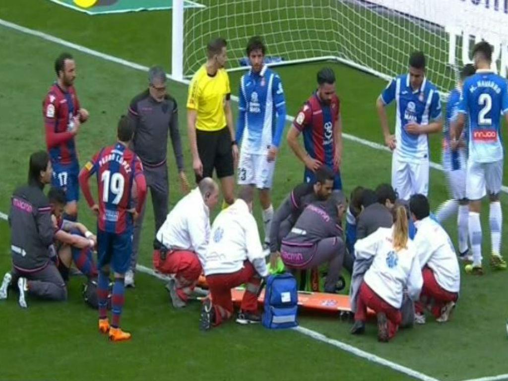 Vídeo: Diego López conduzido ao hospital depois de um choque de cabeças