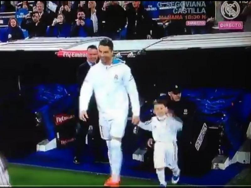 VÍDEO: criança entra com Ronaldo e imita o português