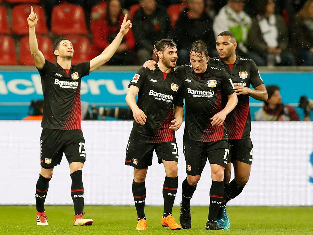 Bayer Leverkusen sobe ao pódio à condição, com Lucas Alario em grande