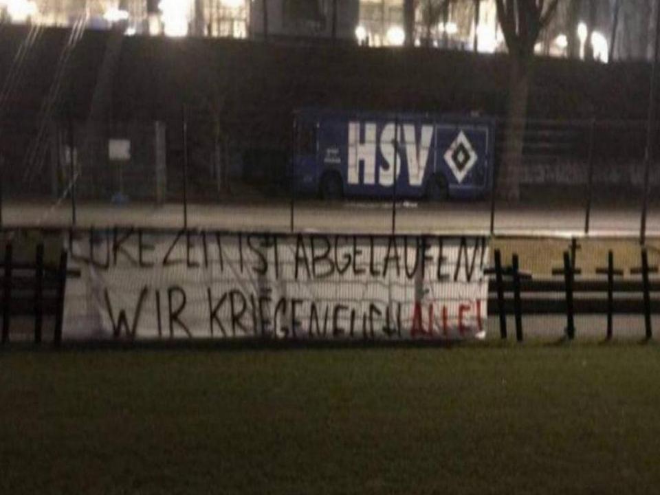 FOTO: jogadores do Hamburgo ameaçados com onze cruzes no relvado