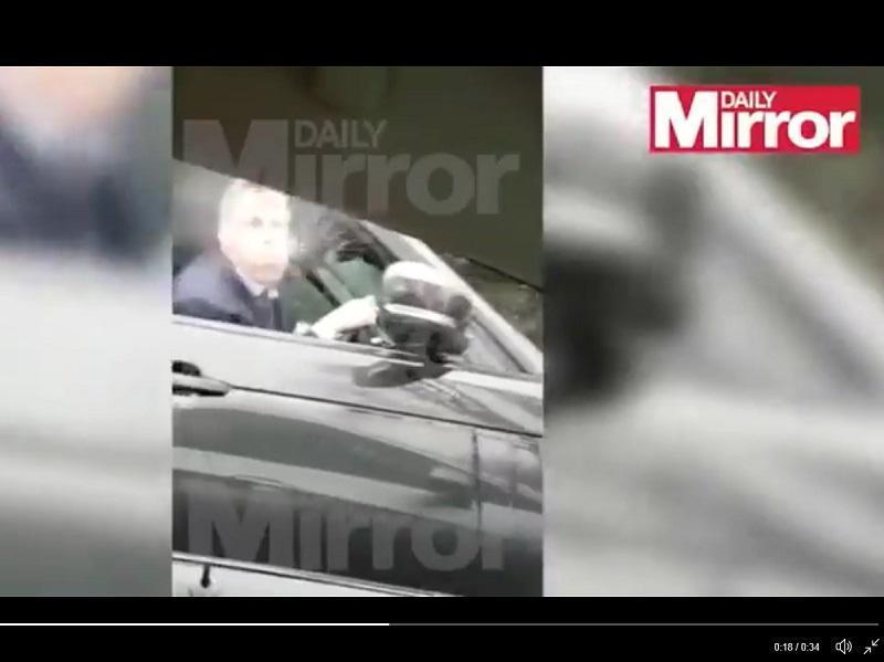 VÍDEO: Carragher em maus lençóis após cuspir em adeptos