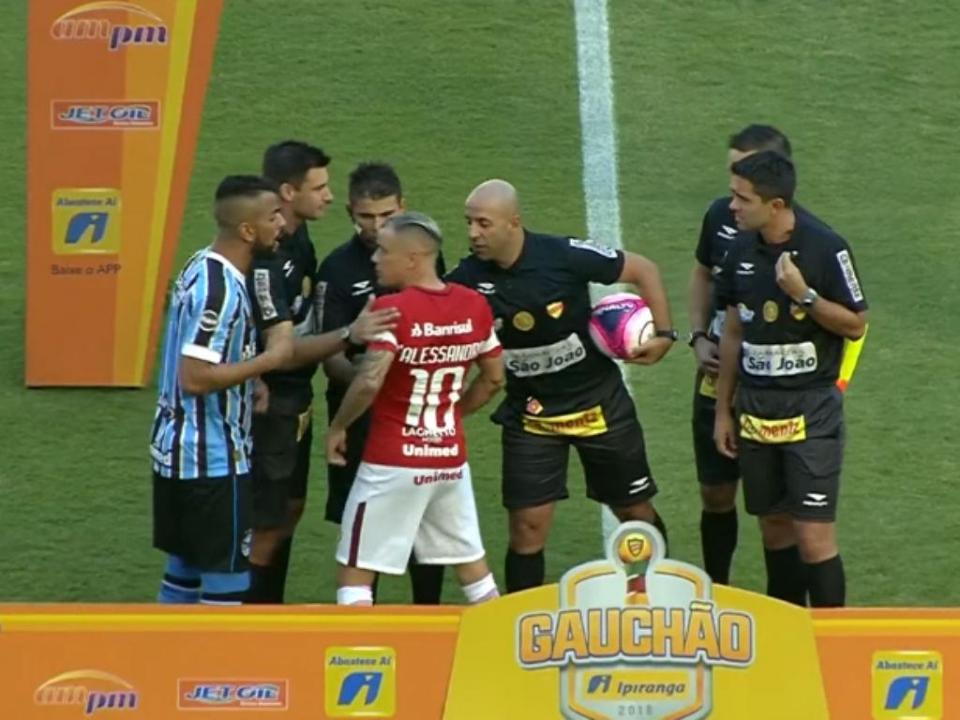 VÍDEO: cara ou coroa gera confusão entre jogadores no Brasil
