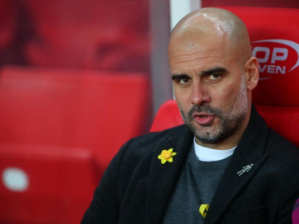 Guardiola volta a usar o laço amarelo, mas só antes e depois do jogo