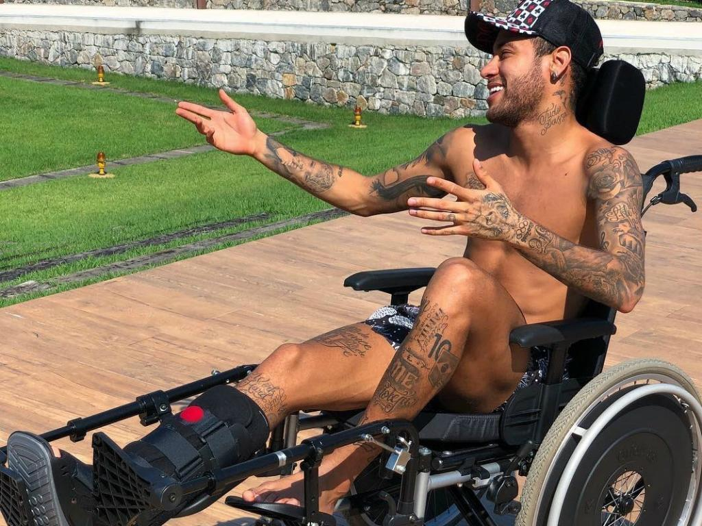 FOTO: Neymar presta espécie de homenagem a Stephen Hawking