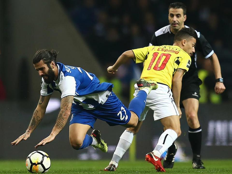 VÍDEO: VAR anula penálti a Sérgio Oliveira por dois toques