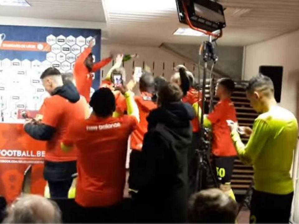 VÍDEO: jogadores do Standard cantam por Sá Pinto após conquista da Taça