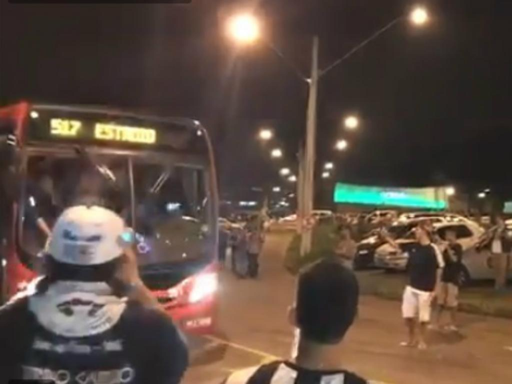 VÍDEO: autocarro do Cruzeiro avaria e equipa chega ao estádio no 517
