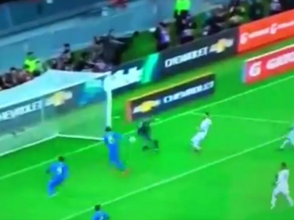 VÍDEO: Paulinho faz de defesa num dos falhanços do ano