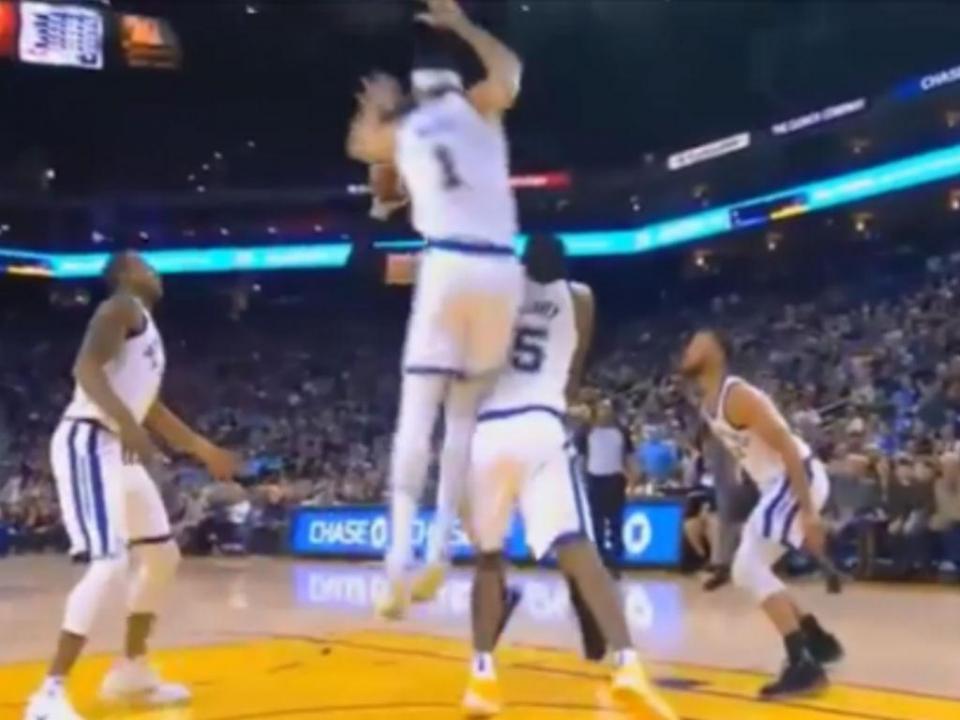 VÍDEO: Stephen Curry volta a lesionar-se no regresso à NBA