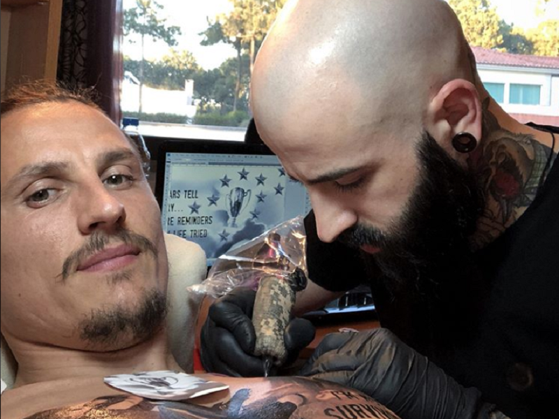 VÍDEO: Fejsa tatua o Benfica no peito