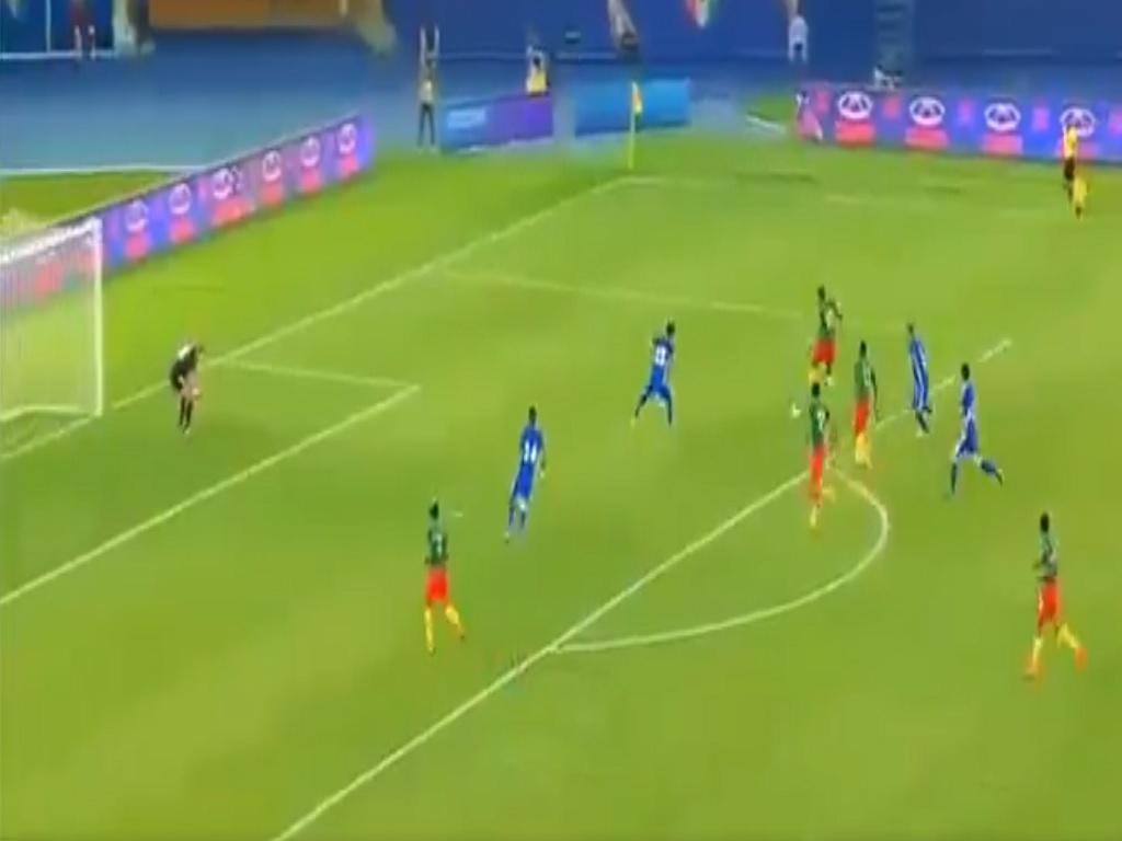 VÍDEO: Aboubakar assiste de calcanhar e marca no triunfo dos Camarões
