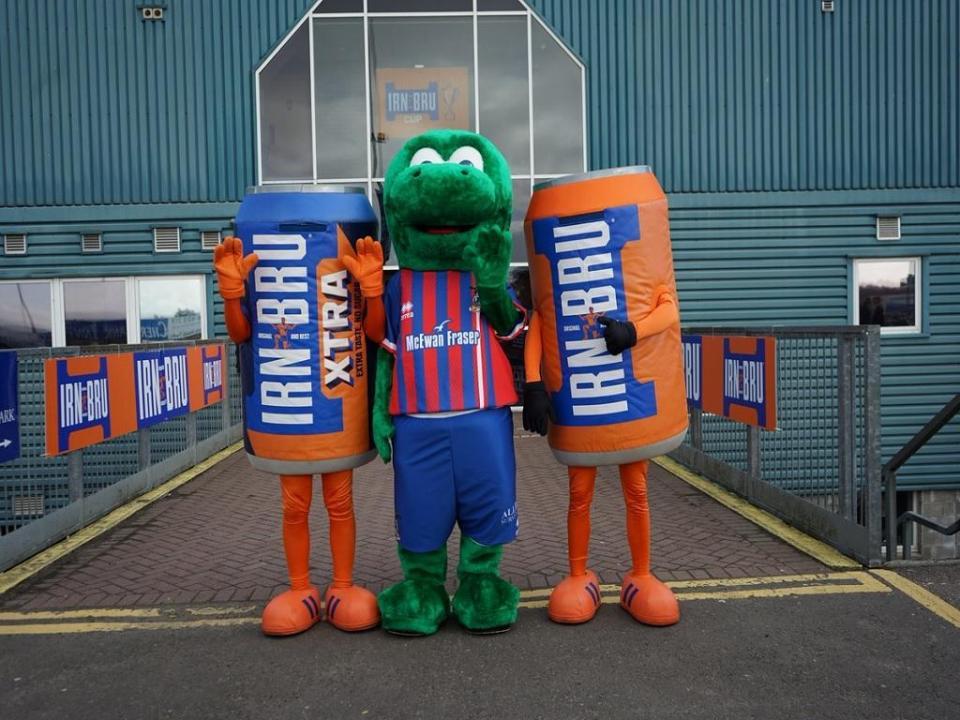 FOTO: clube escocês cria mascote chamada Lionel... Nessi