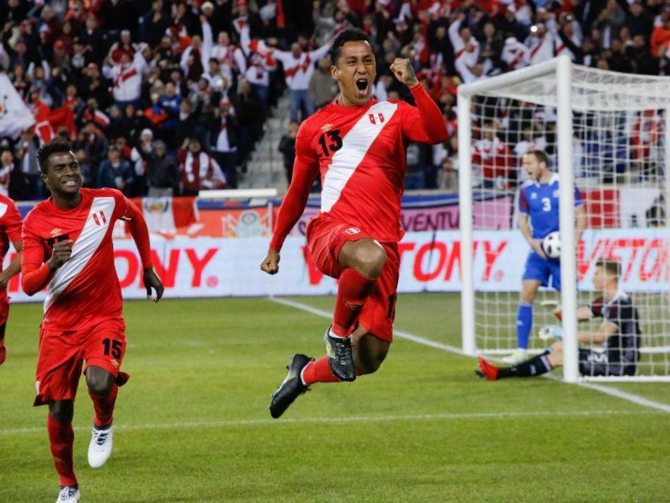 Peru vence Islândia com Carrillo a titular e dez minutos de Hurtado