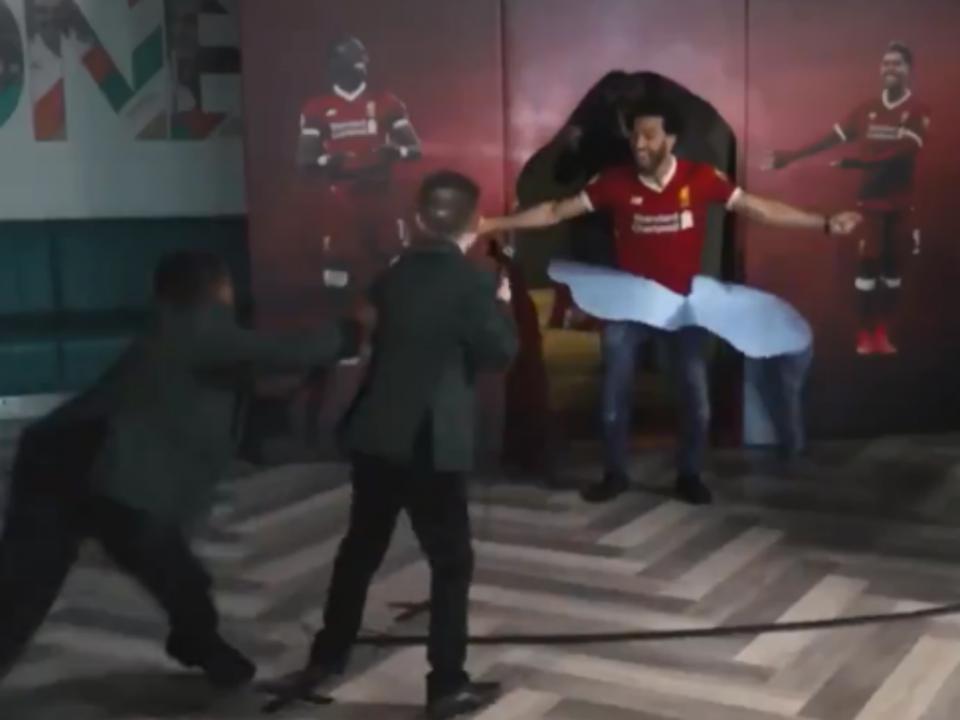 Salah interrompe relato do próprio golo e é a histeria total