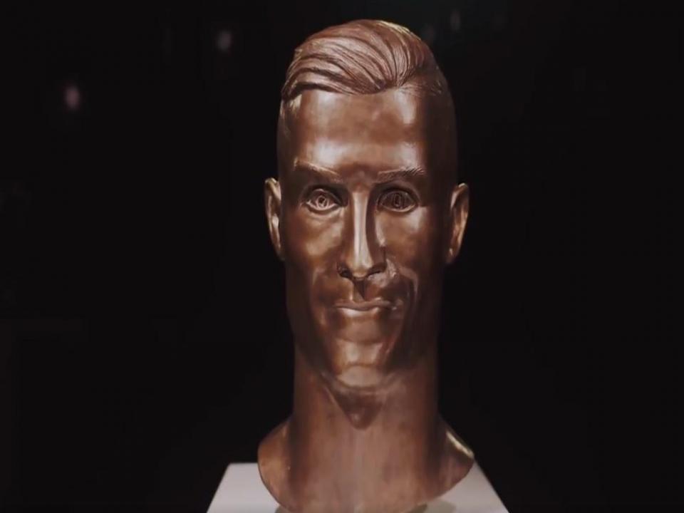 FOTO: um ano depois, Ronaldo tem novo busto feito pelo mesmo escultor