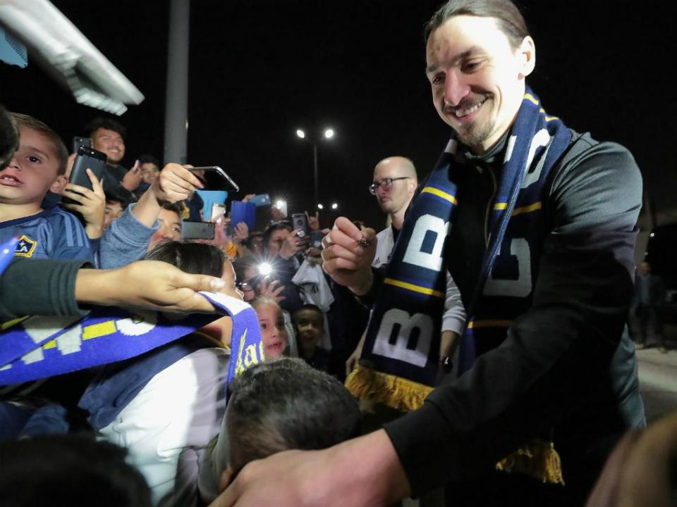 VÍDEO: loucura por Ibrahimovic na chegada a Los Angeles