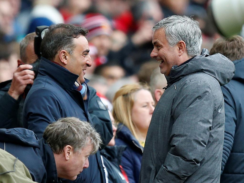 VÍDEO: Mourinho chama Carvalhal para distribuir bolos na conferência