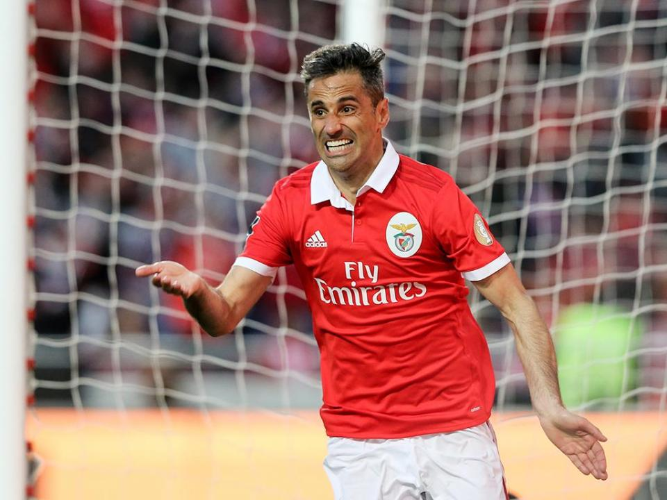 Benfica: Jonas e Grimaldo convocados para o clássico