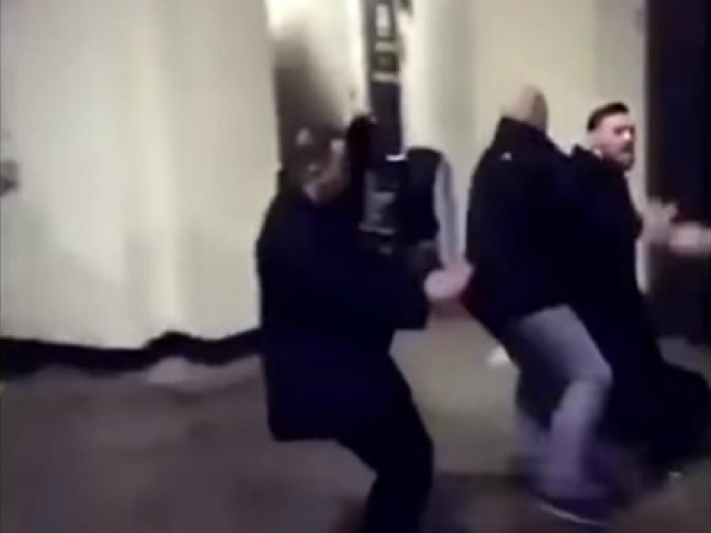 VÍDEO: Conor McGregor ataca autocarro de lutadores