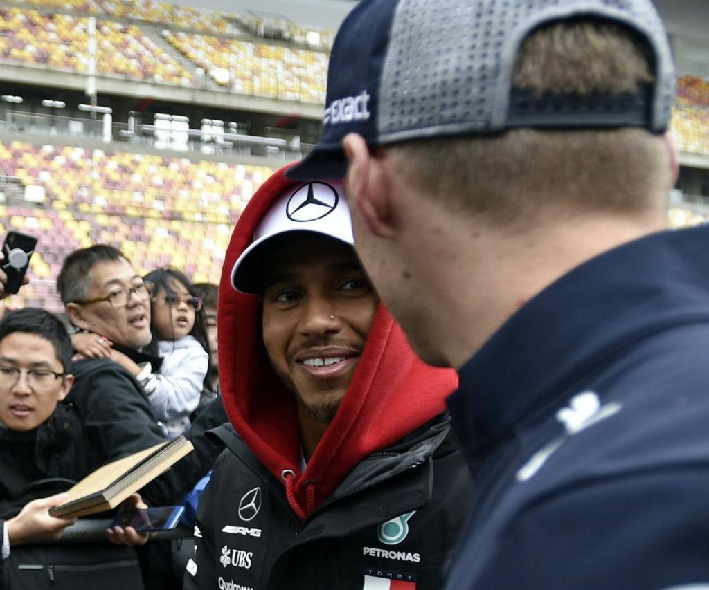 F1: pazes feitas entre Lewis e Max com aperto de mão público