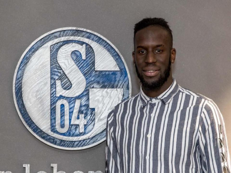 OFICIAL: Schalke 04 contrata internacional senegalês ao Hannover