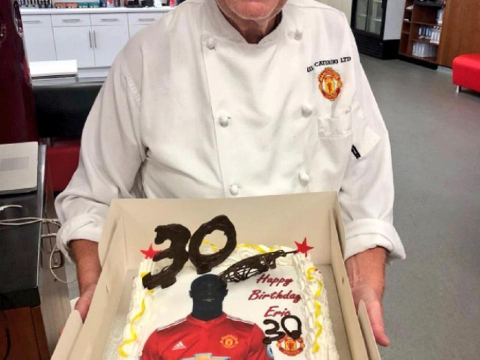 FOTO: Bailly fez anos, recebeu bolo do chef mas... algo não bateu certo
