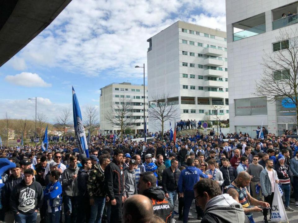 Centenas de pessoas na partida do FC Porto