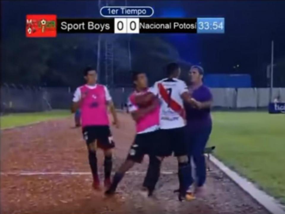 VÍDEO: jogador furioso por ter sido substituído agride treinador