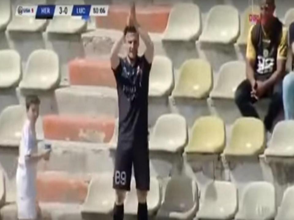 VÍDEO: marca e vai à bancada aplaudir junto a adepto do Sporting