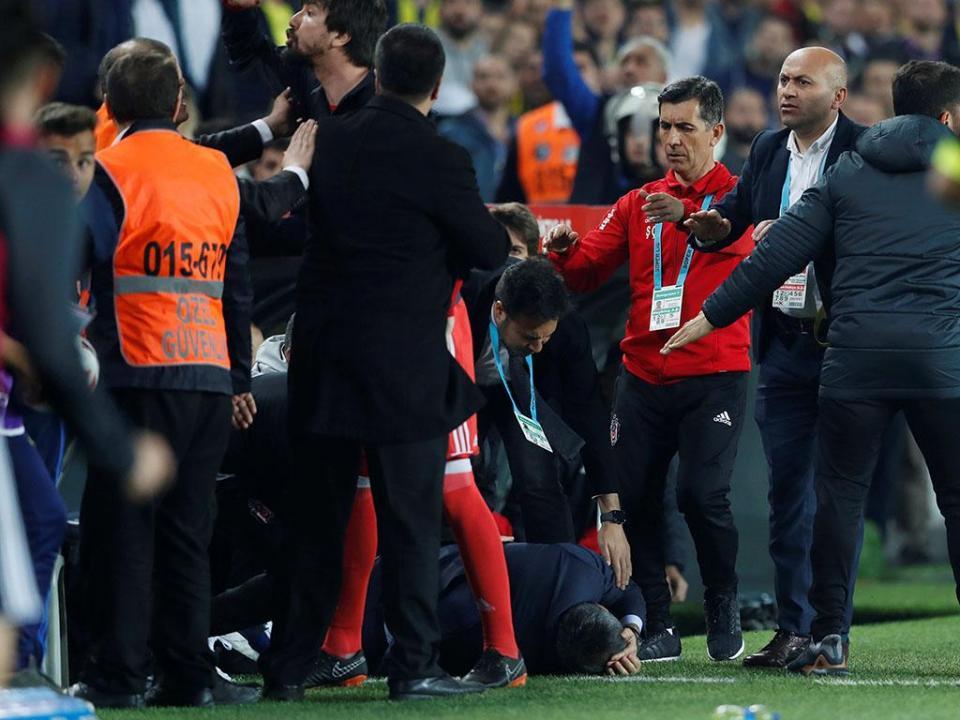 Técnico do Besiktas já teve alta hospitalar depois do incidente no dérbi
