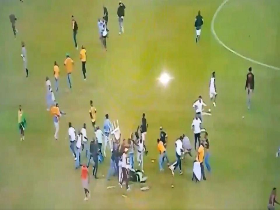 VÍDEO: adeptos entram em campo e agridem violentamente steward