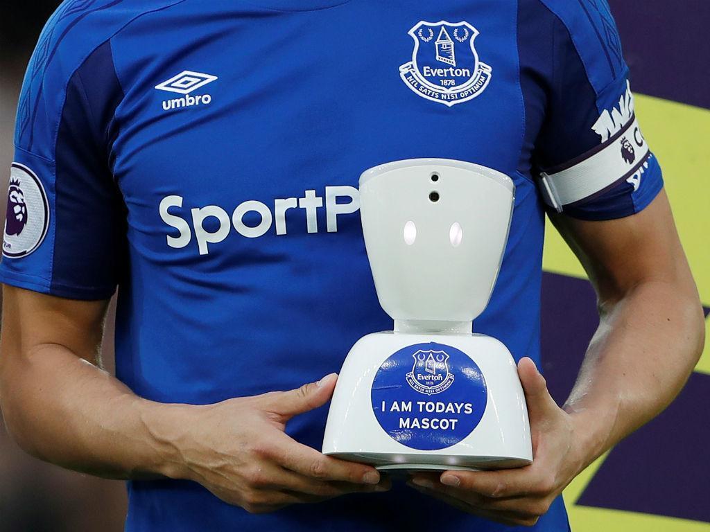 Adepto do Everton torna-se mascote com ajuda de um robô