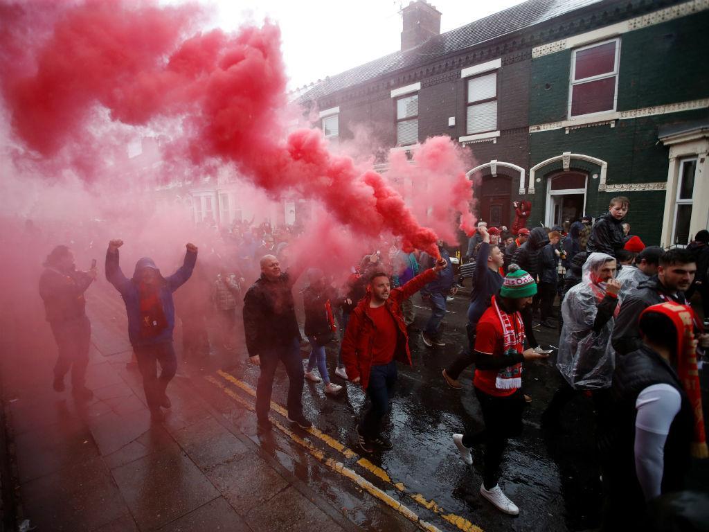 VÍDEO: confrontos entre adeptos do Liverpool e da Roma