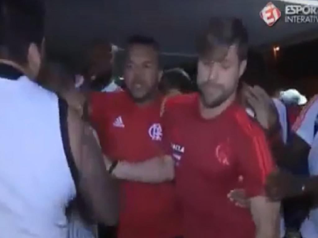 VÍDEO: tensão entre adeptos e jogadores do Flamengo com ex-portista no meio