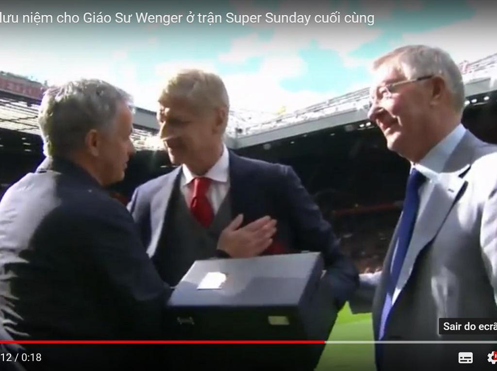 VÍDEO: Ferguson deu prenda a Wenger e chamou Mourinho para a foto